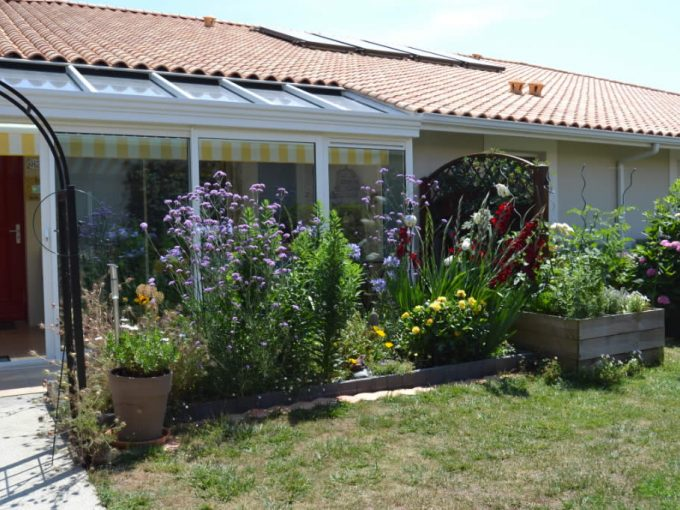 maison-salles-sur-mer-beau-jardin